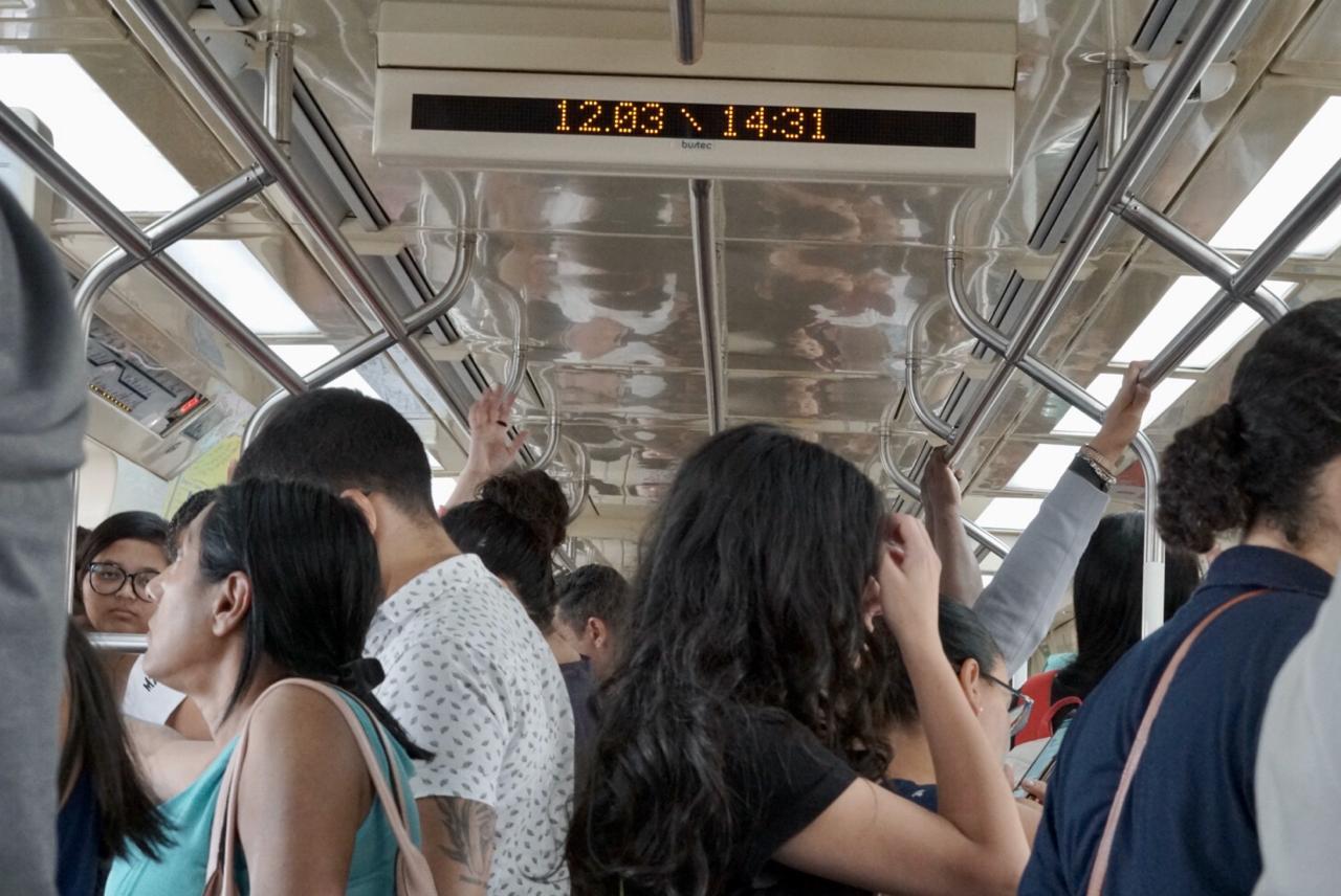pessoas dentro do trem da cptm de são paulo