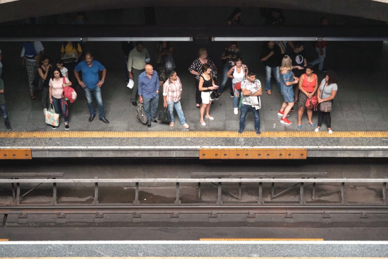 pessoas na linha de trem de são paulo