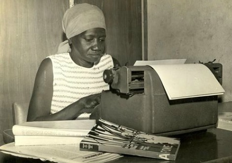 a escritora carolina maria de jesus em frente a uma máquina de escrever