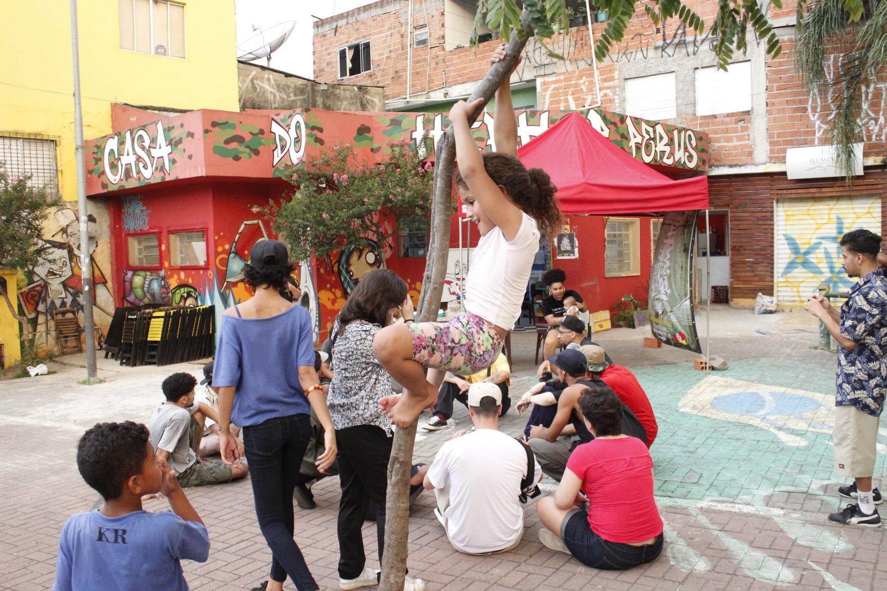 crianças brincam na casa hip hoop perus