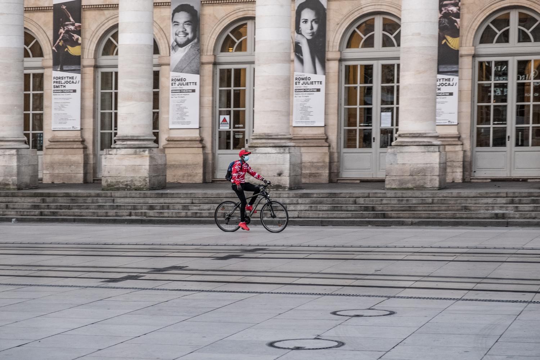 ciclista anda em frente em teatro em bordeaux, na frança