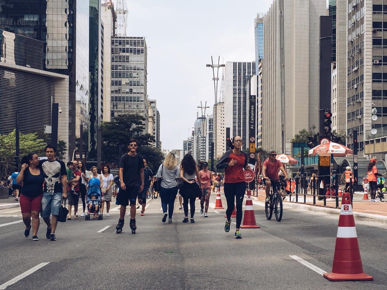 pessoas andando na avenida paulista aberta