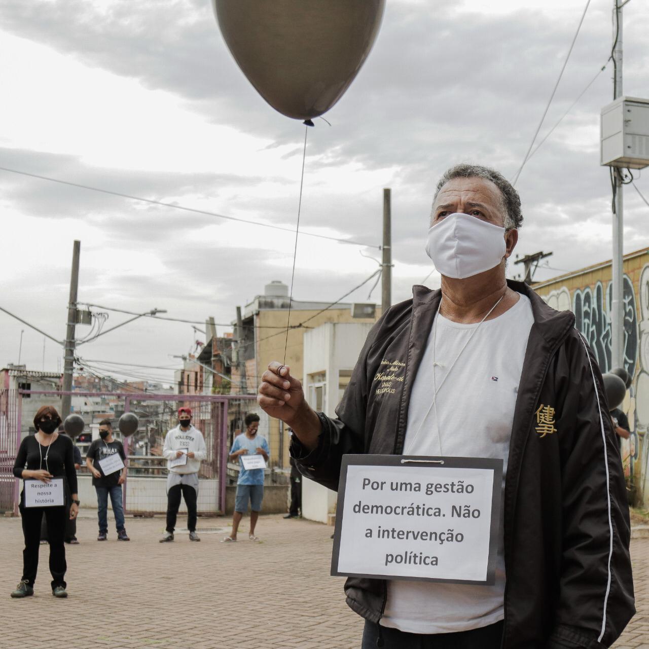 manifestante contra a exoneração da gestão