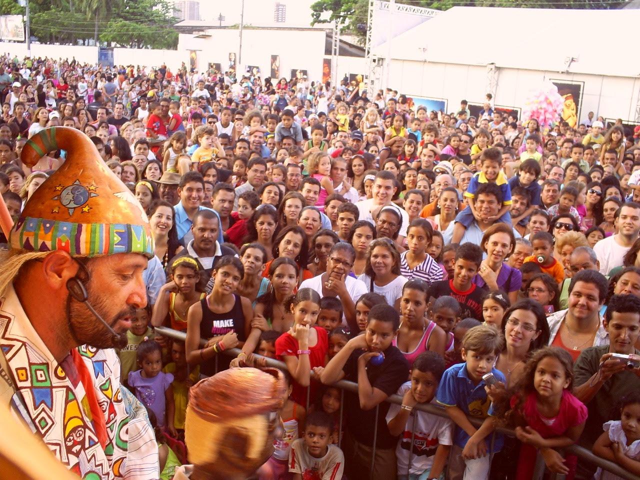 chico simões em frente a uma plateia encantada