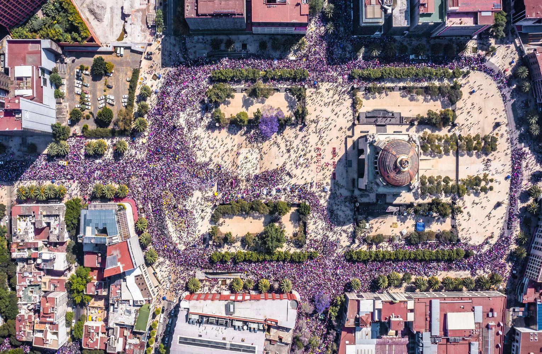 praça da república no méxico cheia de pessoas em manifestação