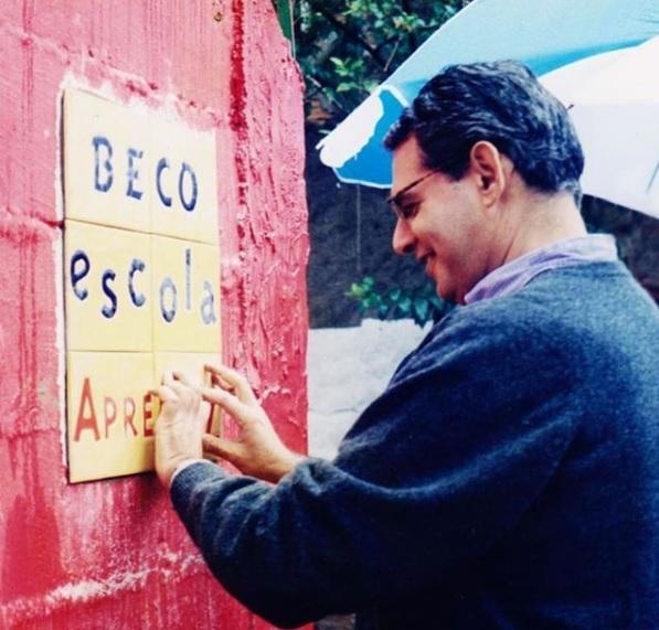gilberto dimenstein colocando azulejos nos muros da vila madalena