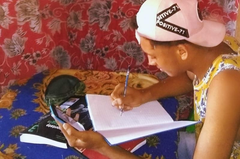 menino estuda usando o celular