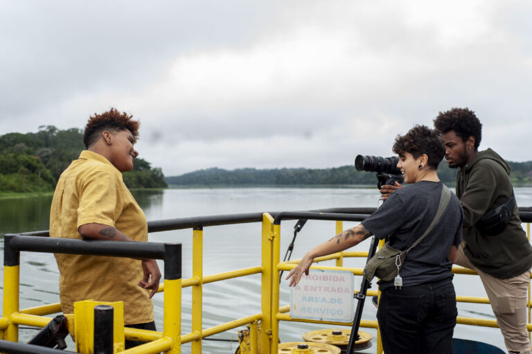 cineasta nas margens de um rio gravando o premiado curta perifacu