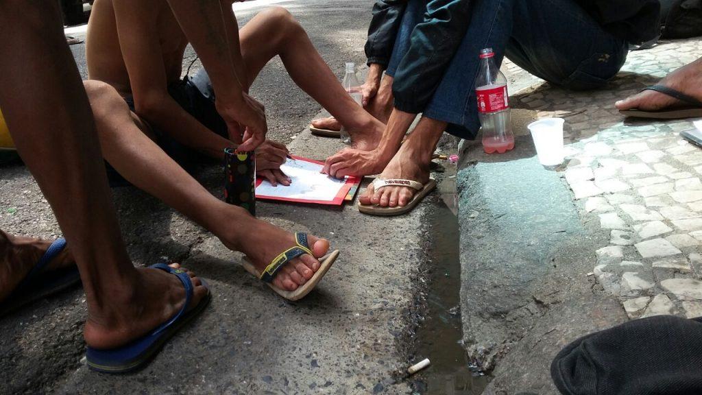 crianças brincam na calçada