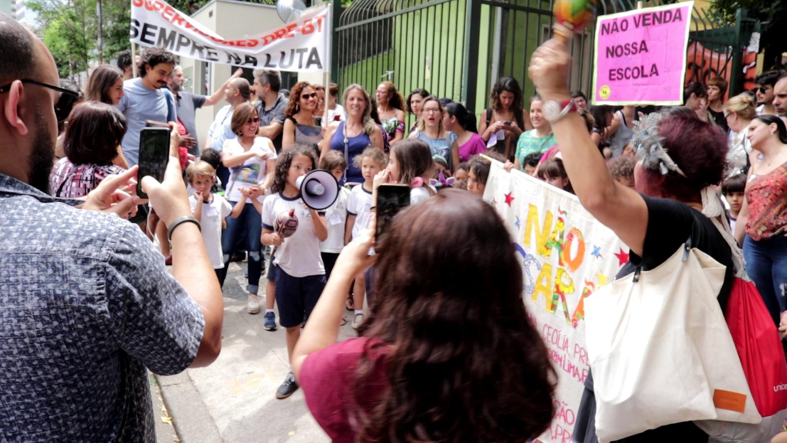 crianças protestando nos territórios educativos