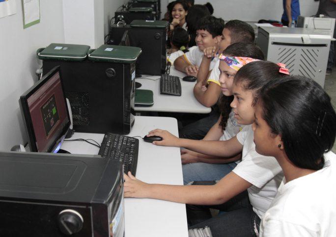 Sociedade civil se articula para ajudar escolas a proteger dados digitais de crianças e jovens