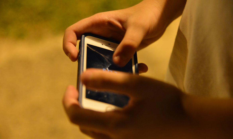 criança mexendo no celular