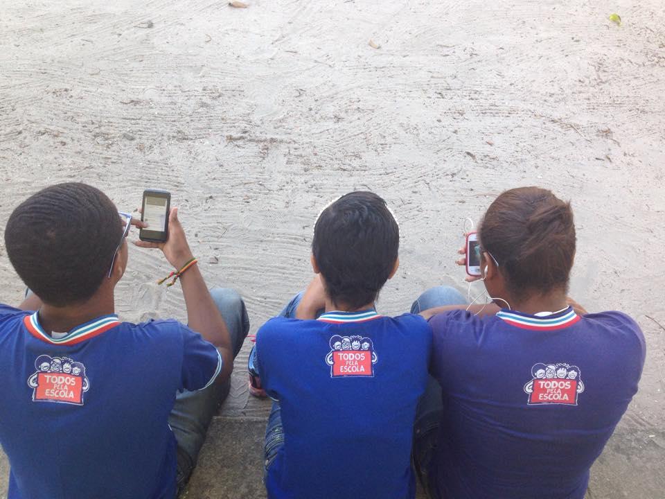 crianças mexendo no celular