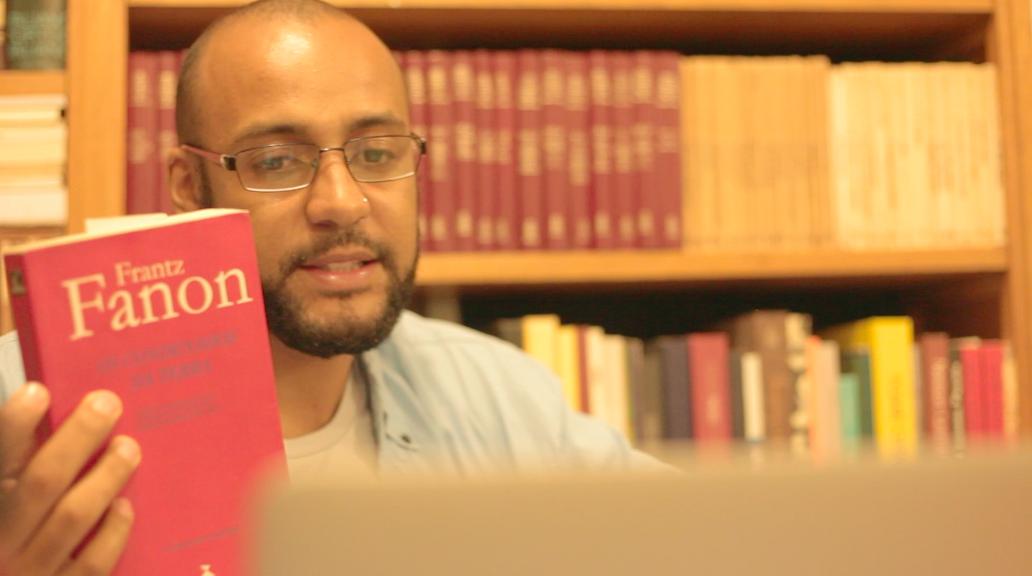 O sociólogo Deivison Nkosi já publicou uma série de livros sobre o trabalho de Frantz Fanon / Crédito: Blog do Douglas Belchior