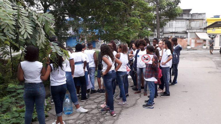 crianças da escola dorcelina visitam os arredores da comunidade Cidade de Deus